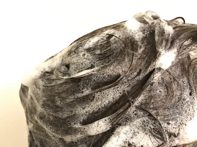 髪を洗っている画像
