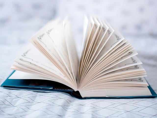 本をパラパラめくるイメージ画像